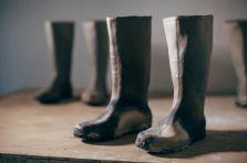 ©-Rachel-Labastie-Les-bottes-2013-Sculpture-grès-enfumé