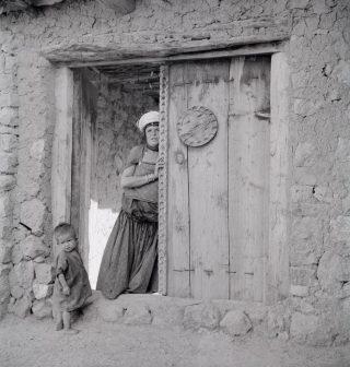 Femme-dans-lencadrement-dune-porte©-Thérèse-Rivière