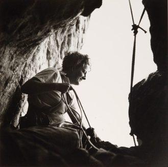 Germaine-Tillion-à-lentrée-dune-grotte-Aurès-1935-1936-©-Thérèse-Rivière