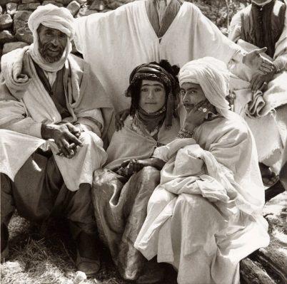 Une-azria-femme-libre-avec-un-groupe-dhomme-marché-annuel-de-Tiskifine-août-1935-©-Germaine-Tillionjpg