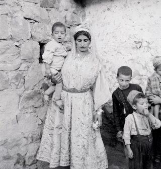 Une-femme-et-ses-enfants-Aurès-1935-1936-©-Thérèse-Rivière