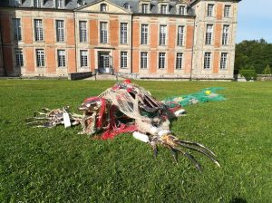 Santa-Muerte-devant-le-chateau_Philippe-Pasqua